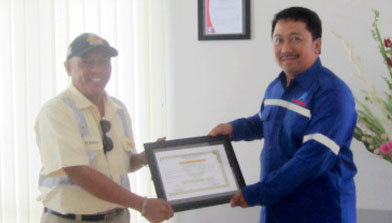 PT. Jhonlin Baratama berikan penghargaan ke PT. Trakindo Utama, Jhonlin Group