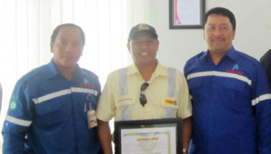 Pemberian penghargaan lost time injury oleh PT. Jhonlin Baratama. Jhonlin Group