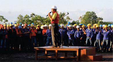 """GENERALSAFETYTAL MENYAMBUTRAMADHAN143H  Safety Talk PT. Jhonlin Baratama dijadikan momentum untuk mempererat silahturahim serta menjaga kekompakan karyawan, dengan mengundang seluruh karyawan PT. Dua Samudera Perkasa dan perwakilan PT. Jhonlin Sasangga Banua.  Menyambut bulan Ramadhan 1435 H, Safety Talk PT. Jhonlin Baratama yang dihadiri oleh ratusan karyawan PT. Jhonlin Baratama dan PT. Dua Samudera Perkasa dan perwakilan PT. Jhonlin Sasangga Banua dijadikan ajang silaturahmi antar karyawan, acara ini diprakarsai oleh Fahrial Direktur Utama PT. Jhonlin Baratama, beliau menyampaikan harapannya agar karyawan dapat menjaga kekompakan antar Departemen dan perusahaan dengan berpegang pada peraturan perusahaan. M Djalil Manager HR PT. JB mengungkapkan """"Peraturan Perusahaan telah mengatur segala ketentuan dalam operasional kerja, perusahaan juga selalu berupaya untuk memberikan kenyamanan bagi karyawan dalam bekerja, oleh karena itu harus terus dijaga."""" Sementara itu, Efgar Welmar Santos, Group Safety Jhonlin Group dalam sambutannya juga mengungkapkan """"Salah satu cara untuk meminimalisir kecelakaan kerja adalah terpenuhinya aspek K3. K3 merupakan tanggung jawab kita bersama. Jadi siapapun yang melihat ada kondisi tidak aman maupun tindakan tidak aman cepat melaporkan ke atasan. Jadi mari mulai saat ini kita jadikan safety sebagai budaya kerja kita."""" Hal senada juga diungkapkan A Agung Gede Oka selaku pembina PT. Jhonlin Sasangga Banua """"Saat ini resiko terjadinya kecelakaan kerja sangat tinggi, apapun jenis pekerjaannya. Kecelakaan terjadi saat karyawan berbuat hal yang tidak sesuai dengan peraturan perusahaan. Jadi, diperlukan peran pengawas sebagai garda depan perusahaan dalam mensosialisasikan K3 di area kerja masing-masing untuk mencegah terjaduinya kecelakaan kerja sejak dini."""" Dikesempatan yang sama, Fahrial Dirut PT. Jhonlin Baratama mengatakan """"Saya mewakili manajemen mengucapkan selamat menjalankan ibadah puasa dan semoga kita semua diberi keselamatan dalam beker"""