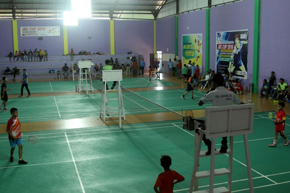 Hari pertama pelaksanaan kejuaraan dimulai dengan laga tunggal Putra usia 10 tahun dan 13 tahun. Berbagai team dan sekolah yang ada di Tanah Bumbu yang mengikuti kejuaraan JBC Cup 2016 berkumpul mengikuti pembukaan oleh panitia pelaksana serta perwakilan dari PBSI Tanah Bumbu maupun Jhonlin Group.