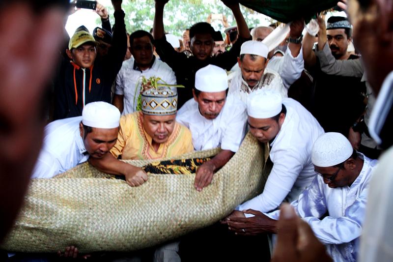 Jhonlinmagz, Jhonlin Group, Pemakaman Mama Aji,